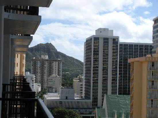 Waikiki Resort Hotel: View to the left of diamond head room 1518
