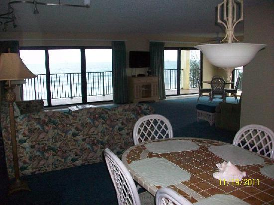 Las Olas Beach Club: Dining area and living room.