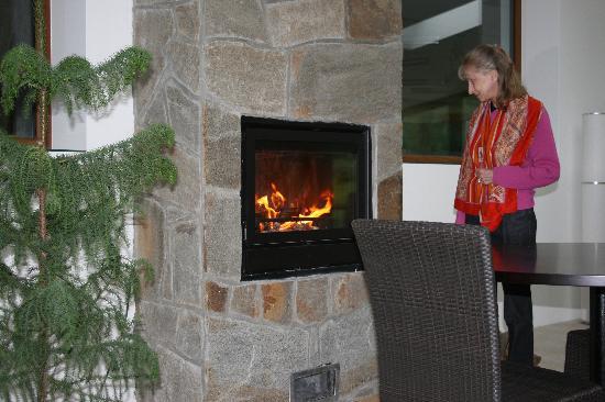 U Holubu Hotel & Garden: Le feu dans la cheminée