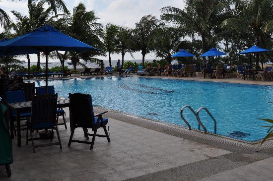 Hulhule Island Hotel: Pool