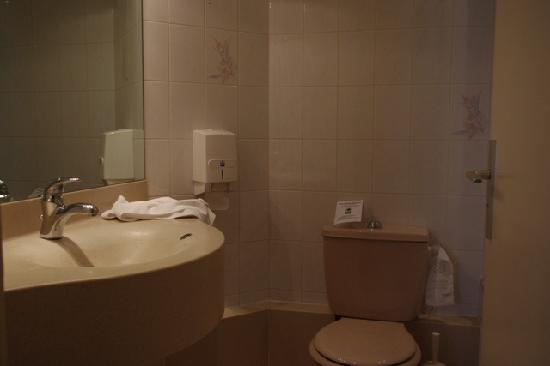 Hotel de la Paix : a bathroom