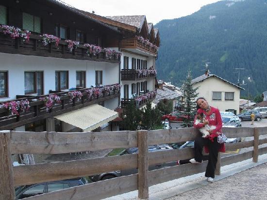 Hotel Miramonti : l'esterno può sembrarte uno dei tanti....ma noi poi abbiam soggiornato ottimamente...