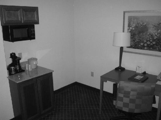 Fairfield Inn & Suites Lafayette South: Kitchen, Desk
