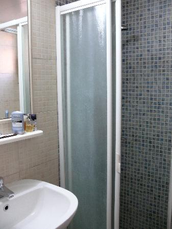 Pyramos Hotel: ducha