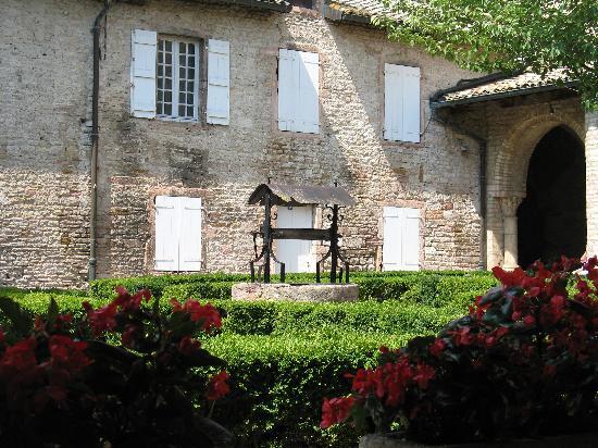 Abbaye Saint-Philibert : particolare del cortile
