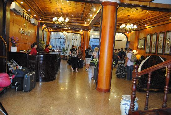 Asia Hotel Hanoi: font desk