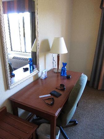 Holiday Inn Express Hotel & Suites Santa Clarita: Work desk