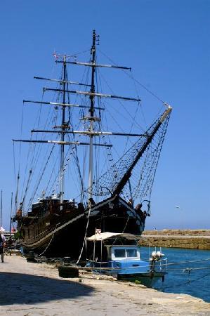 ท่าเรือไคเรเนีย: Boatel in Kyrenia Harbour.