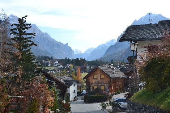 Excelsior Dolomites Life Resort: Blick vom Hotel in den Ort