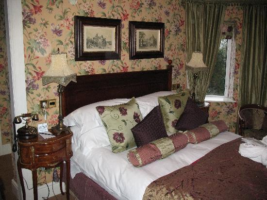 Fitzpatrick Castle Hotel Dublin: Bedroom in Castle.