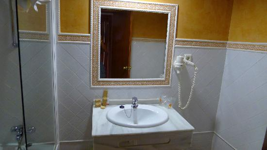 Alboran Algeciras: Bathroom