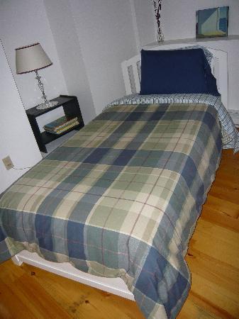 Gite la Coulee Douce: le lit une personne dans la pièce attenante