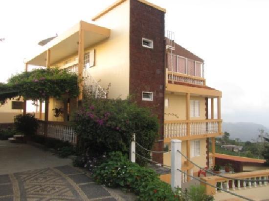 Quinta da Montanha Hotel: Entry from road