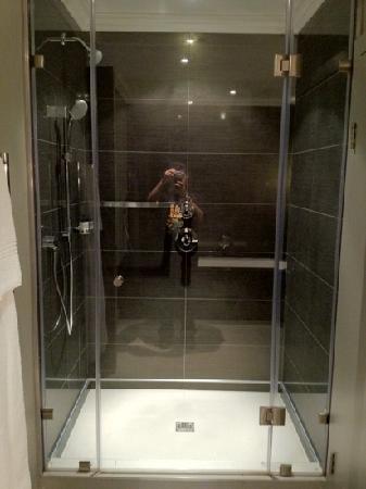 Queen Victoria Hotel: shower