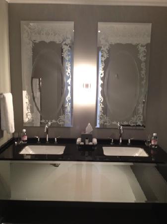 Queen Victoria Hotel: bathroom