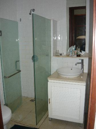Wida Hotel: Bathroom - hot water and fresh towels daily