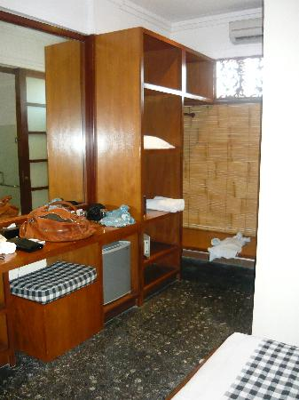Wida Hotel: plenty of space for luggage - hanging space and safe here