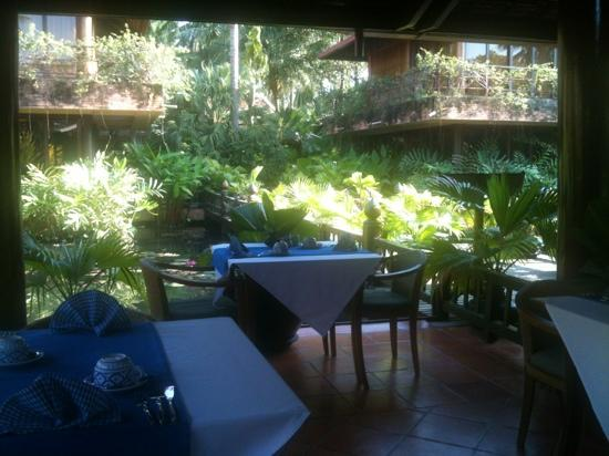Angkor Village Hotel: restaurant surrounded by water