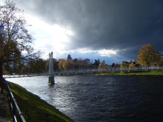 Ardconnel House B&B: Suspension bridge over River Ness