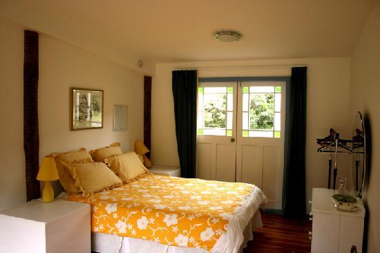 Foley's Creek: The Hayshed's queen bedroom