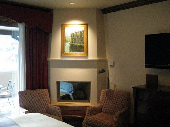 Arrabelle at Vail Square, A RockResort: Fireplace in Room