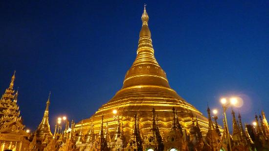 Summit Parkview Hotel: Magnificent Shwedagon Pagoda by night!