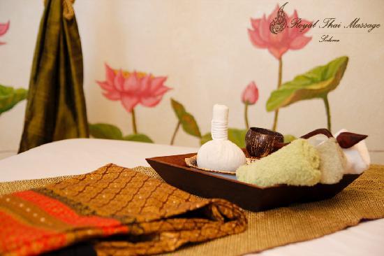 Sedona Royal Thai Massage: Wonderful lotus painting on the wall