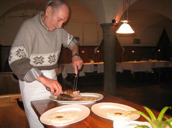 Ristorante Mildas: Preparazione del piatto direttamente a tavola