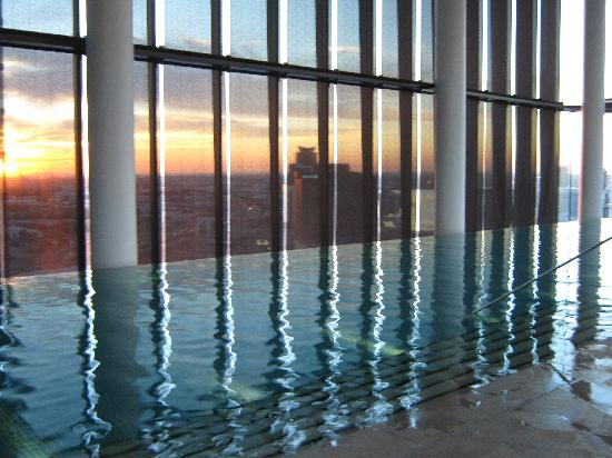 Crown Metropol Melbourne: Pool at Sunset