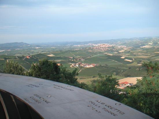 Ca del Re: Una vista dal belvedere di Verduno verso Alba