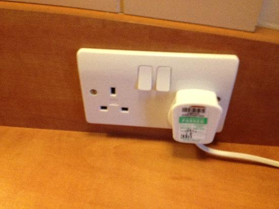 Premier Inn Oxford South (Didcot) Hotel: Annoying plugs you can't fit a phone charger on