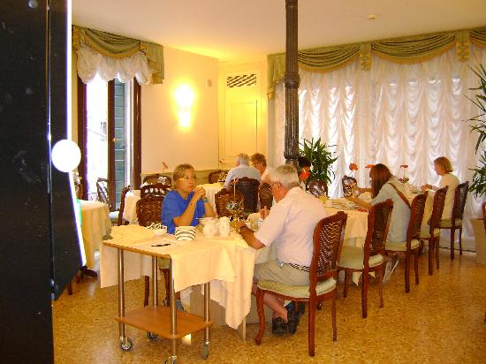 Hotel Bella Venezia: Breakfast room