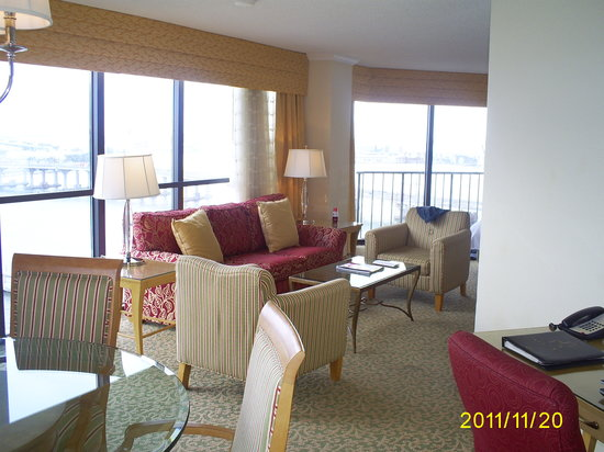 Miami Marriott Biscayne Bay: View from dining area looking into living with bay view
