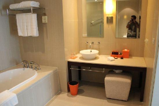 The Duchess Hotel and Residences: Spacious Bathroom with all the amenities