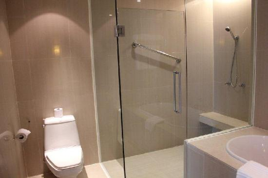 The Duchess Hotel and Residences: Spacious shower area, toilet and seperate tub