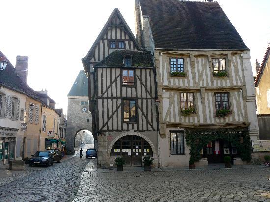 Poste et Lion d'Or : Le tout beau village de Noyers s/Serein, pas loin de Vézelay, mérite un détour