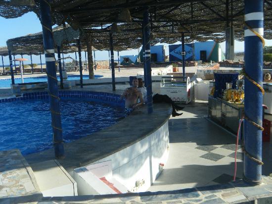 Carnelia Beach Resort: piscina con sedie dentro laqua bellisimooooooo