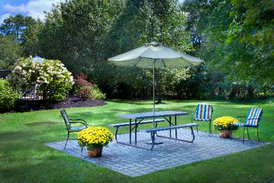 Fairfield Inn Amesbury: Seasonal Outdoor Patio