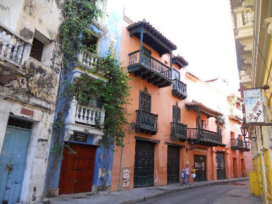 Cartagena ciudad amurallada sus casas con fachadas de for Colores para fachadas de casas