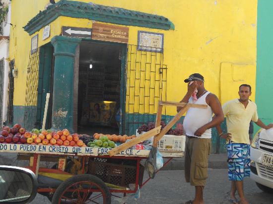 Walled City of Cartagena: Cartagena, calle ciudad amurallada, hombre con carro vendiendo frutas