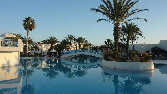 Yadis Djerba Golf Thalasso & Spa : La piscine justa avant le coucher du soleil