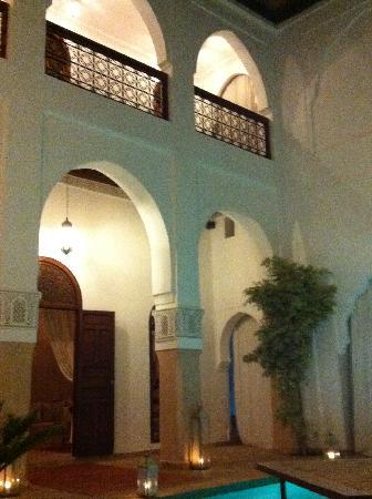 Riad Shama: Am Abend werden im ganzen Riad Kerzen aufgestellt - eine herrliche romantische Stimmung entsteht
