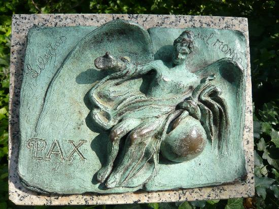 Peace Fountain - Friedensbrunnen: Detail / Bronzetafel am Peacebrunnen - eine von 60 Tafeln