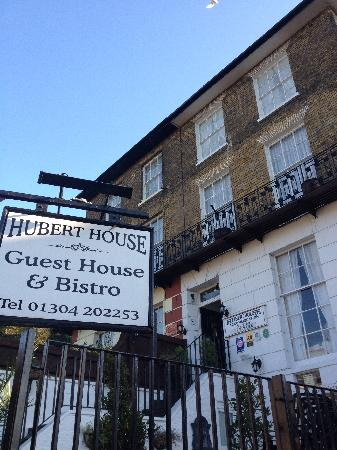 Hubert House Guesthouse: Front of B&B