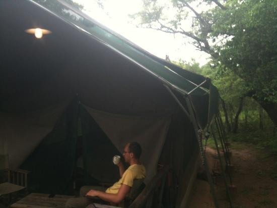 Mpila Camp: Frühstück mit Affen auf dem Zeltdach