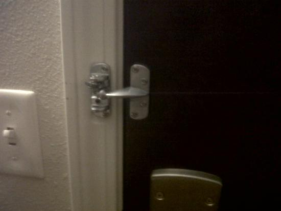 Holiday Inn Express & Suites Niagara Falls: Broken door latch