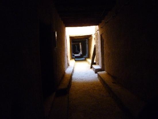 Tinejdad, Marokko: ruelle de base