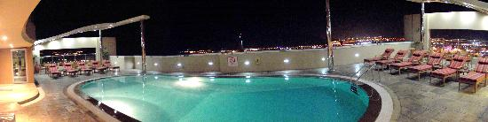 Nour Arjaan by Rotana - Fujairah: Pool at night