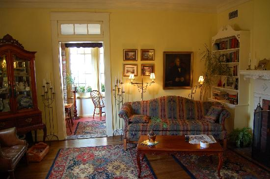 Cedars of Williamsburg Bed and Breakfast: Reading room/living room