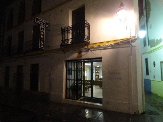 Santa Ana Hostal: entrada a noite